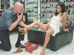 Ayakkabıcı seksi Müşterisini sikiyor