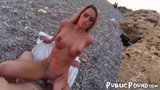 Sekreterini plaja götürüp sikiyor