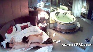 Çinli Kızı Otel odasında dikiyor