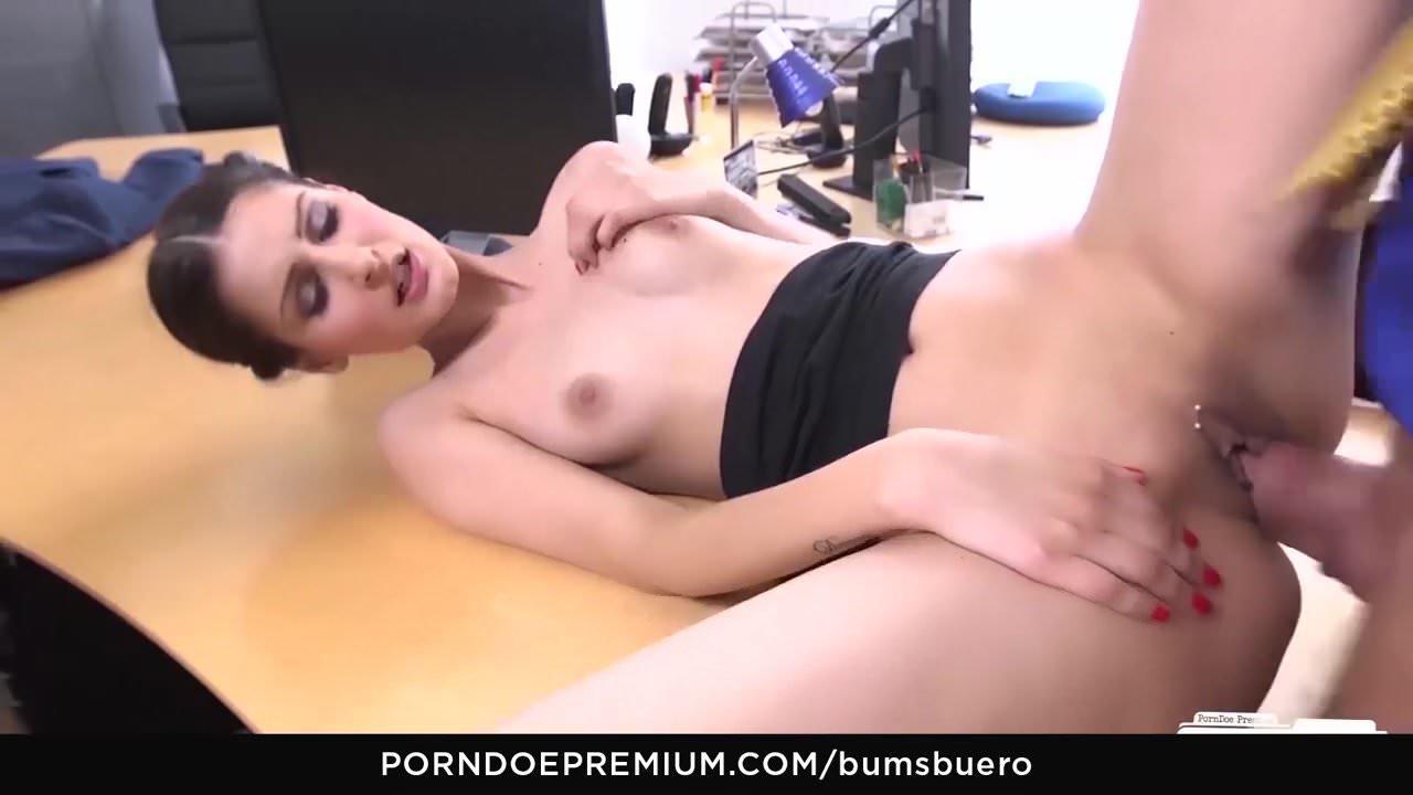 Mini Etekli Sekretere Tecavüz Pornosu