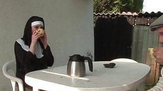 Türbanlı rahibeyi bahçede sikti